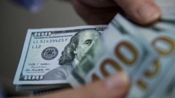 Si no se quiere ir al dólar y se necesita estar líquido en pesos, los analistas recomiendan bonos atados al dólar. Foto: Bloomberg