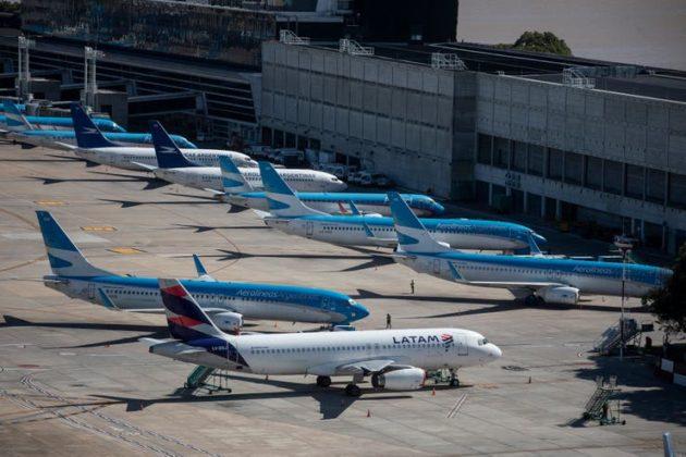 Aviones de Aerolineas Argentinas y Latam en el aeroparque de Buenos Aires en medio de la parálisis por la pandemia